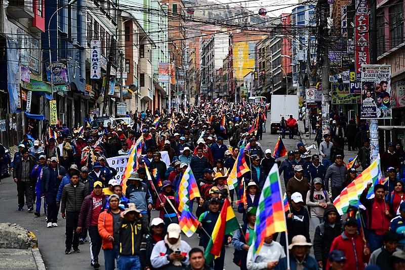 Após renúncia do presidente no último domingo, cresce mobilização popular contra o golpe de Estado; seguem chegando marchas em La Paz