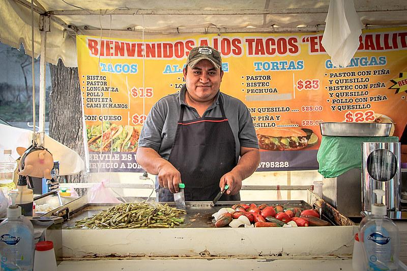 Cerca de 60% dos mexicanos trabalham no mercado informal; Sergio Quiroz, 34, há mais de 10 anos vende tacos na rua
