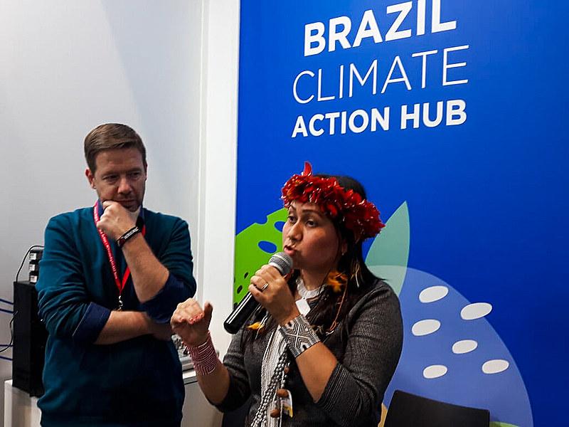 Nara Baré, liderança indígena, participou do evento em Madrid, capital da Espanha.