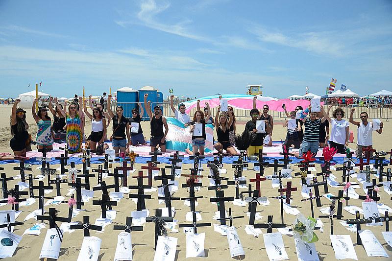 Manifestação na Praia de Copacabana lembra as vítimas da transfobia no Brasil