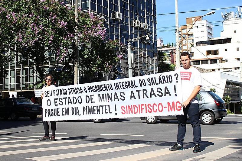 Auditores fiscais protestam contra atraso de salários e pelo pagamento do 13º