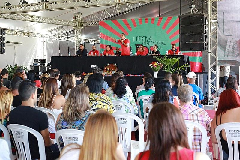 Prefeito de Maricá, Fabiano Horta, discursa em ato político durante a abertura do II Festival Internacional da Utopia, em Maricá (RJ)