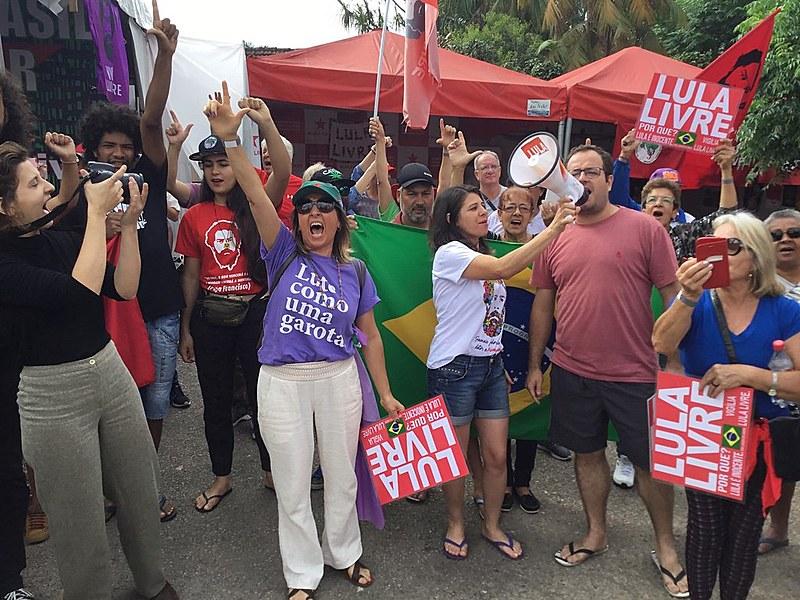 Membros da Vigília participam do ''bom dia presidente Lula''. Resistência em Curitiba (PR) chegou a 577 dias.