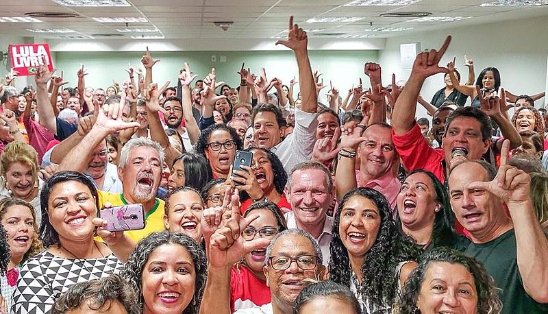 Fernando Haddad se encontra com educadores durante Caravana Lula Livre em Vitória (ES)