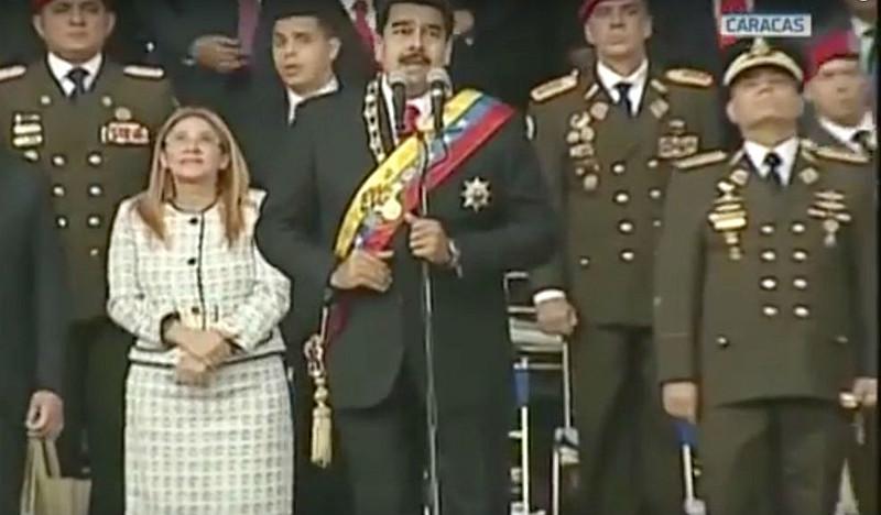 As imagens do canal oficial VTV, que transmitia o evento presidencial mostram o momento da explosão