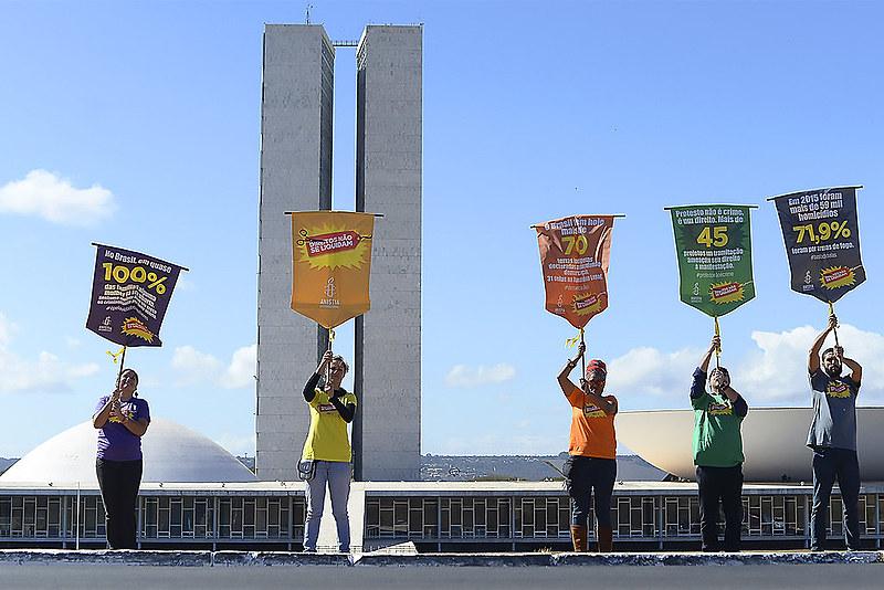 Ato simbólico, em Brasília, marca o lançamento da petição contra 139 PL's que violam os direitos humanos, no Senado e na Câmara