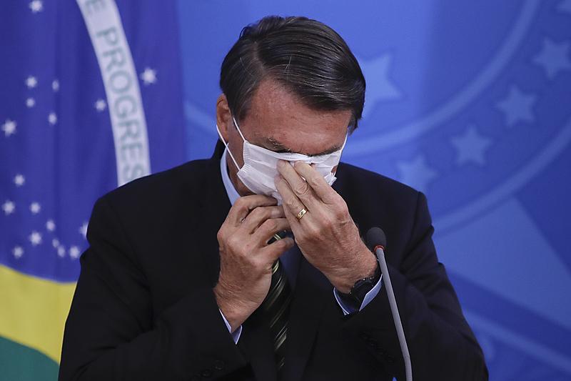 Bolsonaro se atrapalha com máscara de covid-19