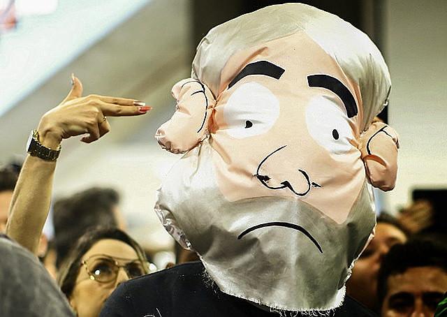 """Una mujer escenifica una """"ejecución"""" de un muñeco que hace referencia al ex presidente Lula"""