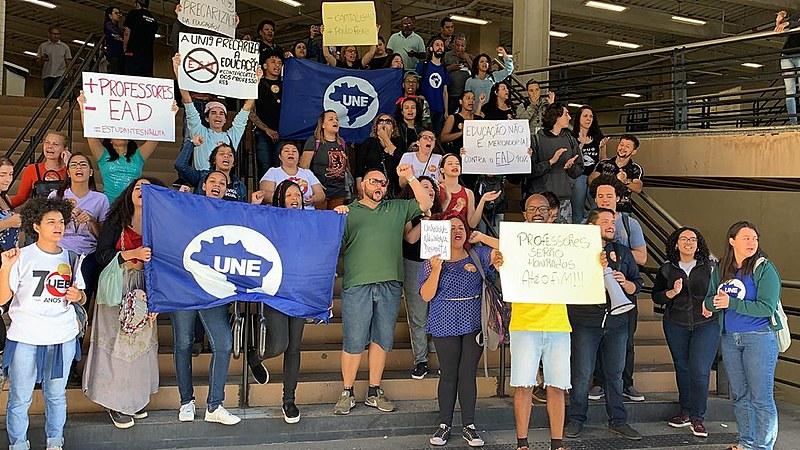 Estudantes reunidos em frente a sede da Uninove na Barra Funda