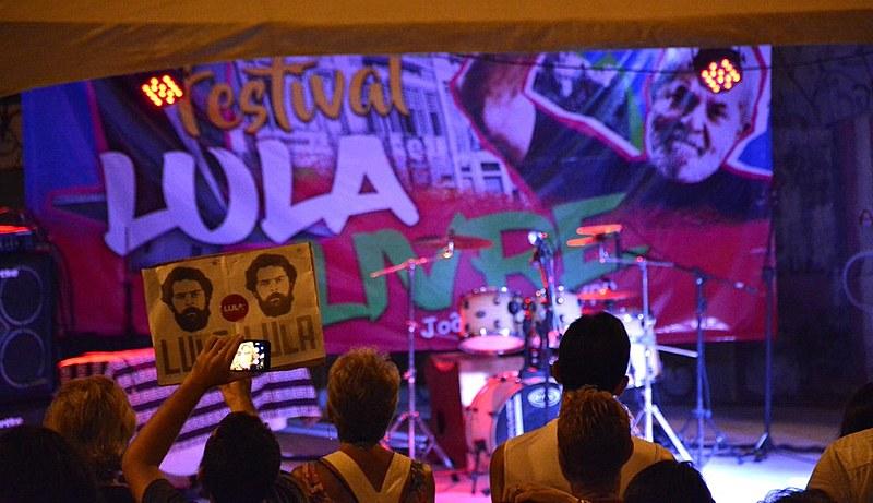 Manifestantes e artistas pediram a libertação de Lula, na praça da Paz, em João Pessoa (PB).