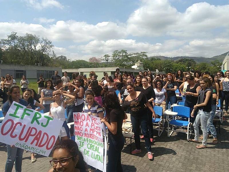 Alunos de Instituto Federal de Educação protestam contra governo Temer