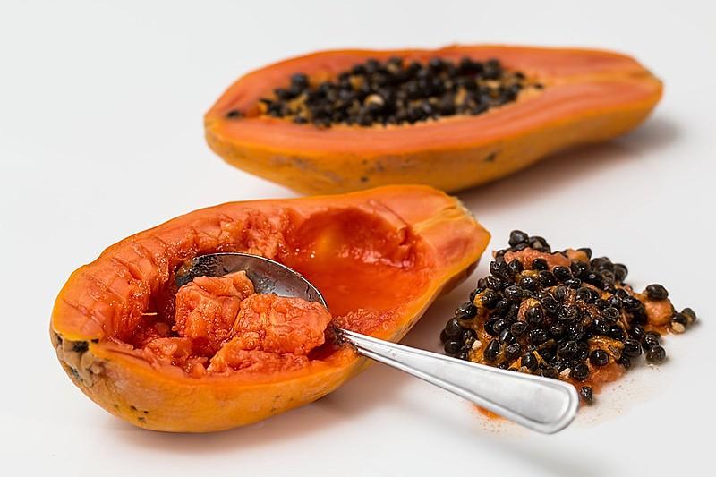 O mamão é uma das frutas com maior disponibilidade no verão e com muitas propriedades benéficas