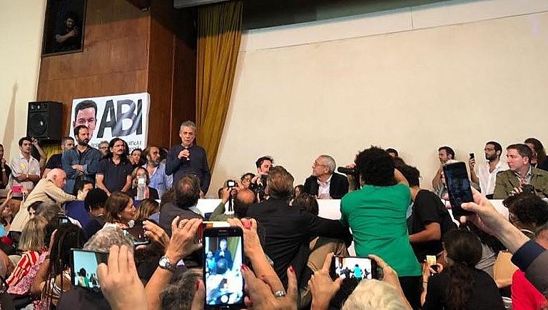 Chico Buarque falas durante ato em solidariedade a Glenn Greenwald no Rio