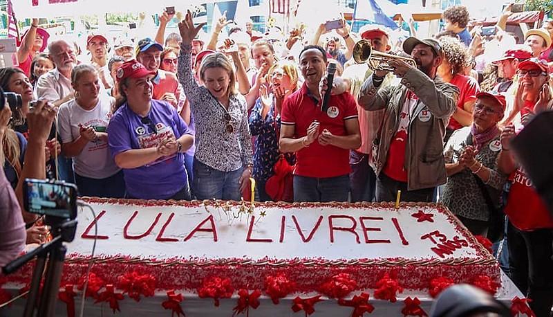 Vigília Lula Livre comemora aniversário de 73 anos do presidente Lula neste sábado (27/10),em Curitiba (PR).