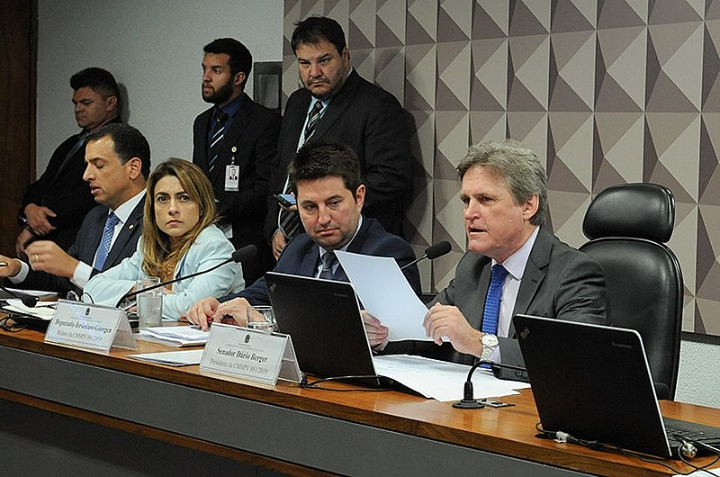 Senador Dário Berger (PMDB), ao microfone, presidiu a comissão mista, que aprovou mais de 100 alterações ao texto original
