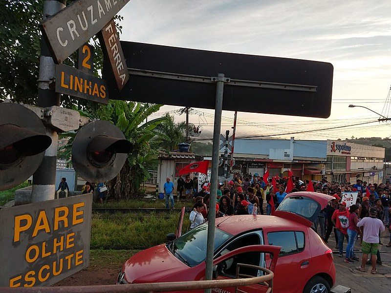 Mulheres fecham ferrovia denunciando ameaças do modelo predatório de mineração e em memória de Marielle