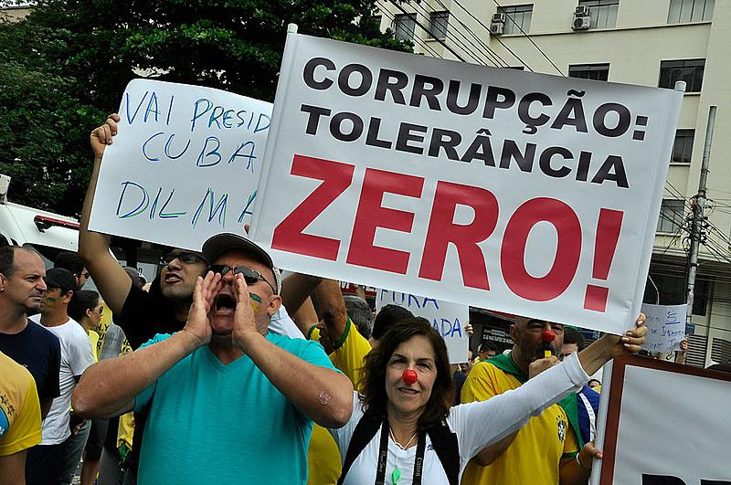 Indignados que protestaram contra a corrupção se sentem traídos