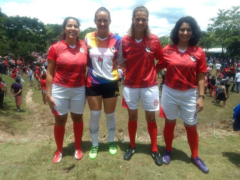 Mulheres do MST após o jogo de inauguração do campo Doutor Sócrates Brasileiro em Guararema