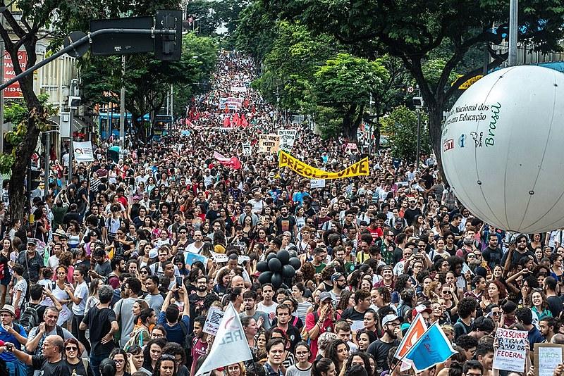 """Primeiro """"tsunami"""" levou 250 mil pessoas às ruas da capital mineira"""