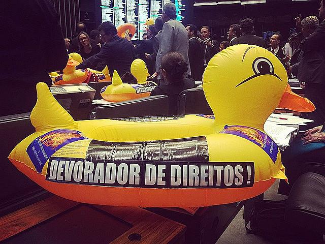 Deputados protestaram com patos contra aprovação do PL da terceirização