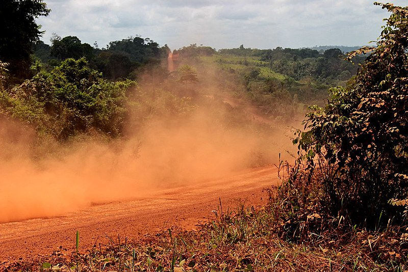 Sob a poeira da estrada, que se aproxima da bacia do Tapajós, o solo é rico em metais preciosos