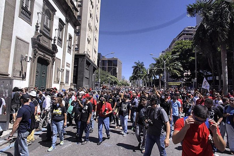 Protesto de servidores reúne centenas de pessoas e é fortemente atacado pela PM do Rio