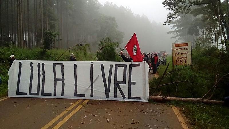 Durante a madrugada, agricultores fecharam a PR-476 entre Quedas do Iguaçu e São Jorge D'Oeste