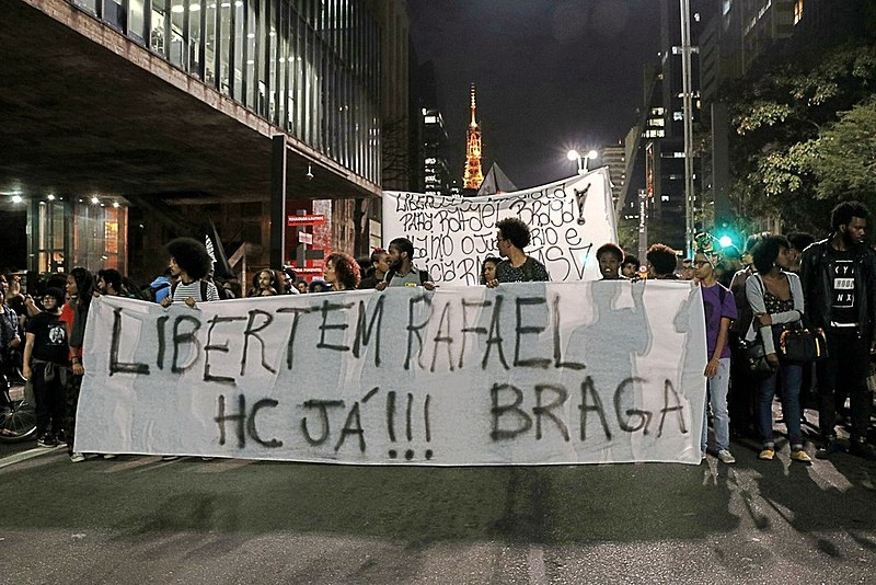 Manifestantes em apoio a Rafael Braga saem da Paulista e caminham até a Praça Roosevelt, em São Paulo, pressionando o judiciário