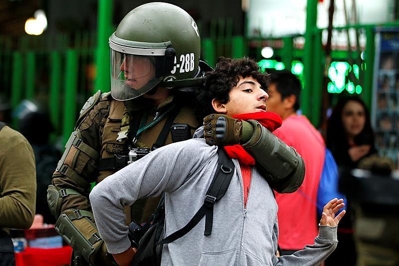 Policial imobiliza estudante em Santiago; secundaristas protestam por educação pública e gratuita
