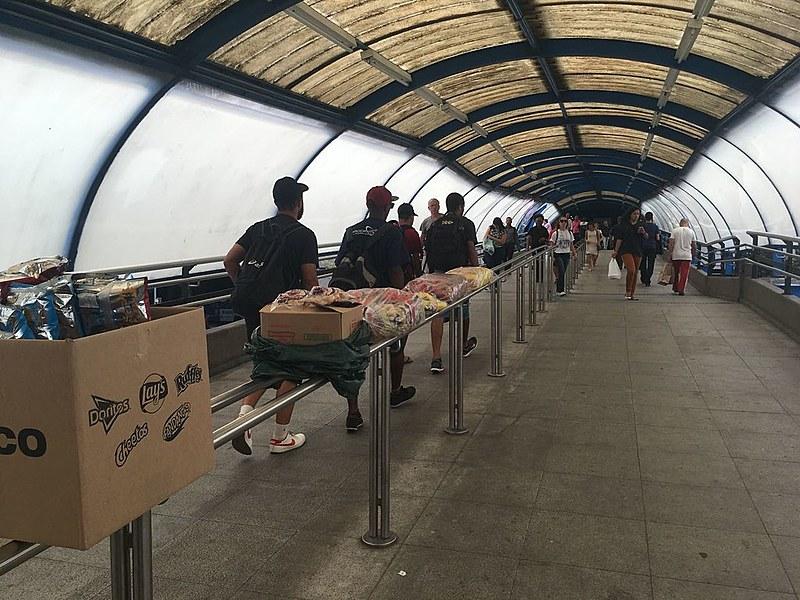 Rampa da Estação Barra Funda do Metrô, em São Paulo, tomada por produtos de vendedores ambulantes
