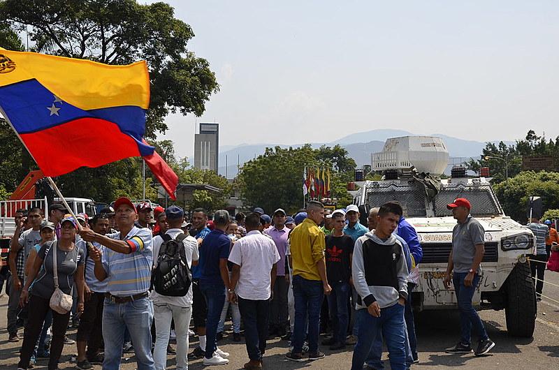 População continua ocupando as três pontes internacionais do estado venezuelano de Táchira; fronteira está fechada