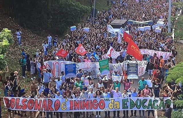 Estudiantes de la UFBA, una de las primeras afectadas por el recorte de Bolsonaro, realizan protesta contra el gobierno