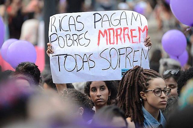 """""""Las mujeres ricas pagan. Las pobres se mueren"""", se lee en la pancarta durante protesta realizada por la legalización del aborto"""