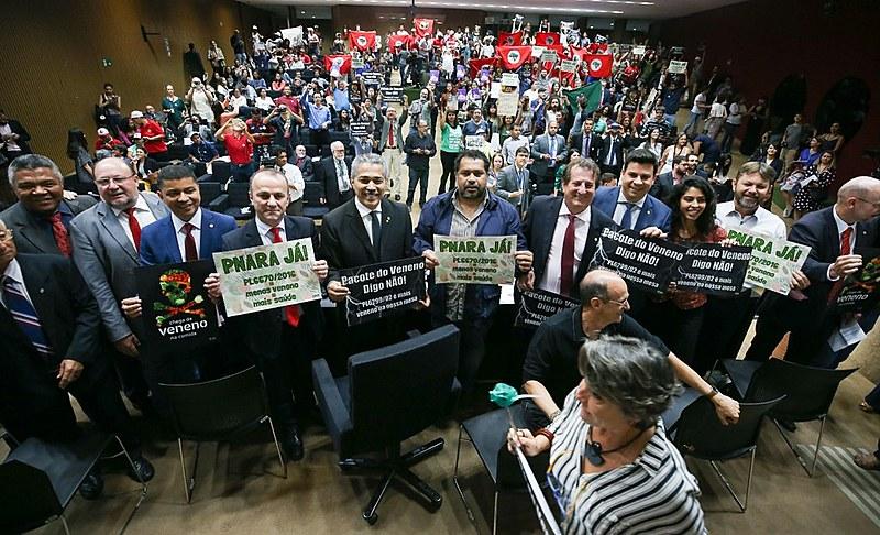 Parlamentares e lideranças da sociedade durante o seminário na Câmara dos Deputados, em Brasília