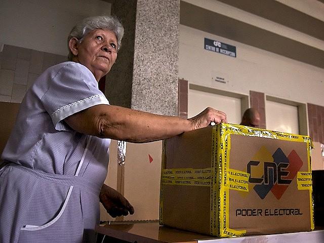 Eleitora em Caracas, durante as eleições regionais de 2008