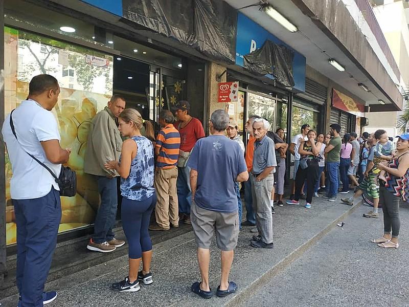 Alguns negócios ficaram lotados depois que a energia voltou em alguns bairros da capital venezuelana, neste domingo (10)
