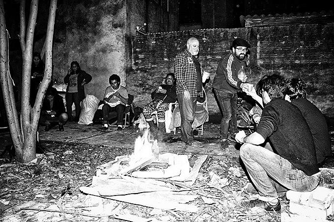 Moradores fizeram uma fogueira junto aos escombros do casarão que abrigou a antiga Ocupação Baronesa