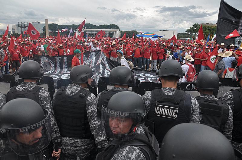 Marcha do MST em Brasília, em 2014, é encurralada pela tropa de choque da Polícia Militar
