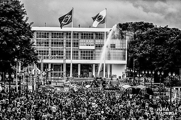 Imagem de 29 de abril, dia que ficou conhecido como Massacre do Centro Cívico pela tamanha barbárie contra os manifestantes