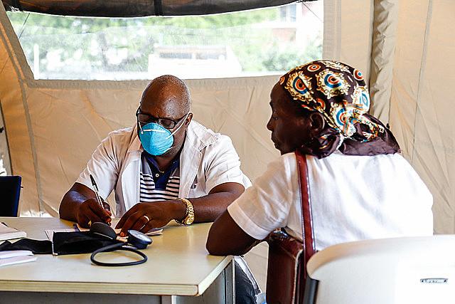 Un médico asiste a una ciudadana mozambiqueña en una de las siete carpas de asistencia médica en Beira, Mozambique