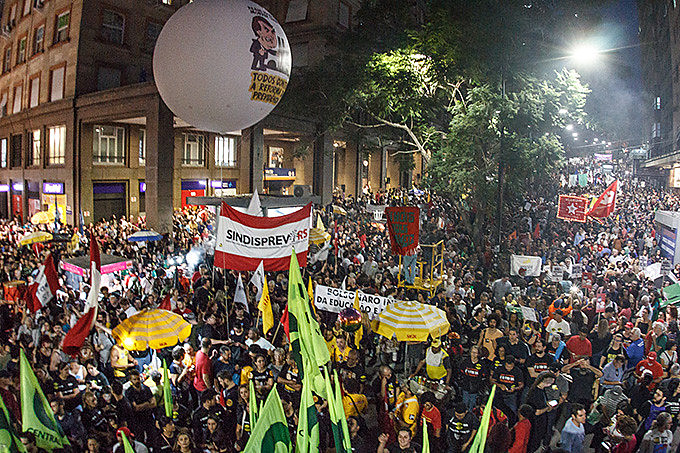 Caminhada iniciou na Esquina Democrática, no centro da cidade, reunindo cerca de 50 mil pessoas, conforme organização
