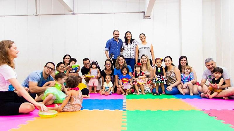 Curso estimula a percepção musical de bebês e crianças pequenas.