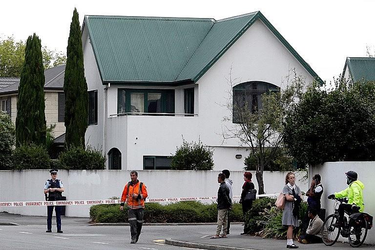Polícia isola área em frente à mesquita Al Noor, em Christchurch, Nova Zelândia, após ataque de atirador na manhã desta sexta-feira (15)