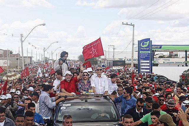 Multitud acompaña la caravana de ex-presidentes por la ciudad de Monteiro, en Paraíba