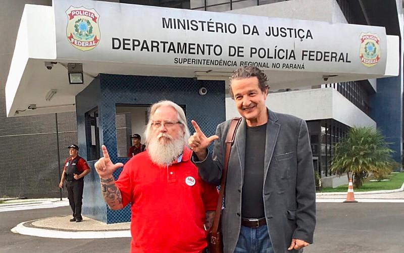 Procurador aposentado Afrânio Jardim (esq.) e Juca Kfouri (dir.) estiveram com Lula às vésperas do aniversário de um ano da prisão política