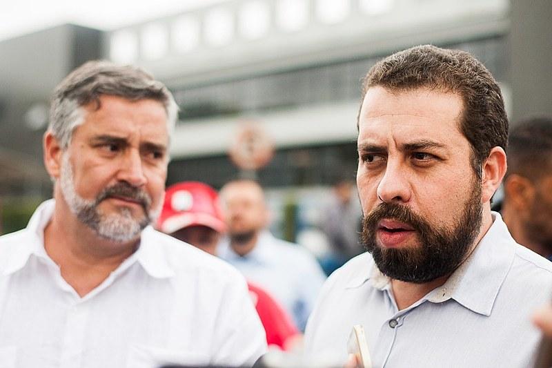 Pimenta (esq.) e Boulos (dir.) falam à imprensa em frente à Superintendência da Polícia Federal, em Curitiba