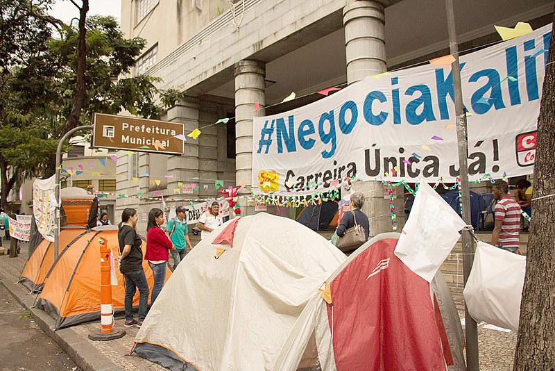 Professoras estão acampadas em frente à prefeitura, no Centro da cidade