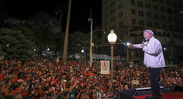 """Ex-presidente Luiz Inácio Lula da Silva (PT) iniciou, na noite desta segunda-feira (4), mais uma etapa de sua caravana """"Lula pelo Brasil"""