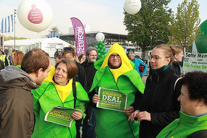 Ambientalistas, pequenos agricultores e integrantes de movimentos sociais protestaram contra uso intensivo de agrotóxicos