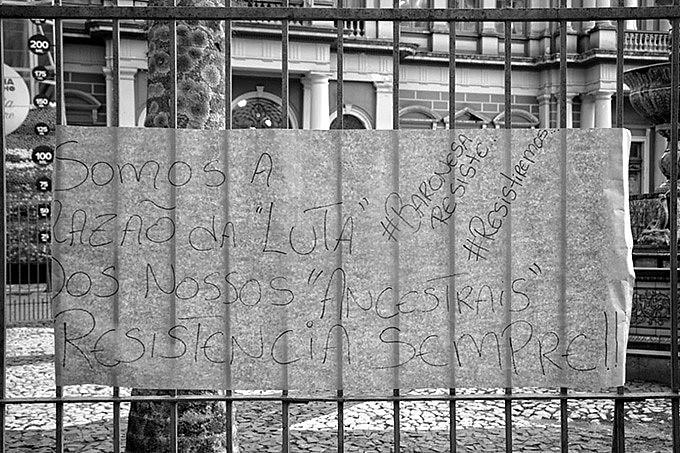 """""""Somos a razão da """"luta"""" dos nossos """"ancestrais"""". Resistência sempre!"""", diz cartaz colocado pelas famílias em frente à prefeitura"""